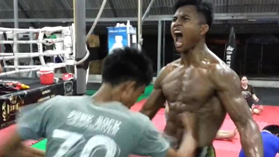 He's A Beast: Muay Thai Kickboxer Takes Punches To The Abdomen Like It's Nothing