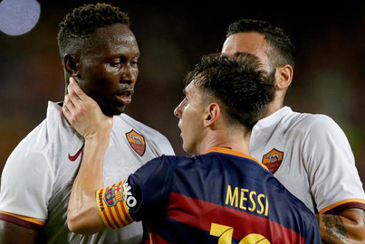 Lionel Messi Headbutts And Grabs Roma Defender By The Throat