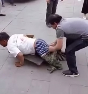 Begger In Beijing Gets Exposed As A Fraud 😡😡😡