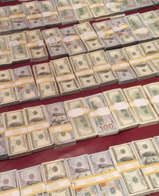 Floyd Mayweather Showing Off What A 100 Bands Looks Like 💵 💵 💵