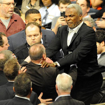 Basketball Legend Charles Oakley Fights WIth Security Guards At MSG 💀💀💀