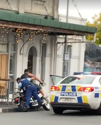 Meanwhile In New Zealand: Cop Takes Down A Fugitive With A Flying Tackle 👊👮🏽