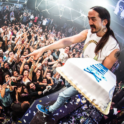Steve Aoki Destroys A Fan With A Cake At Ultra 🎂🎂🎂