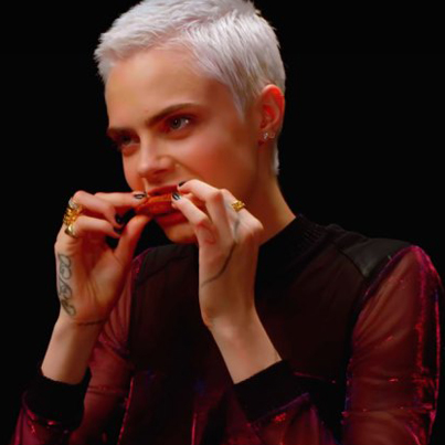 Supermodel Cara Delevingne Eats The World's Hottest Wings 😂😂😙🔥🔥