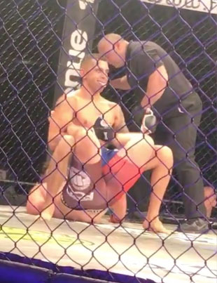MMA Fighter Wins Fight With WWE Style 'Boston Crab' Submission 😂😂🏆