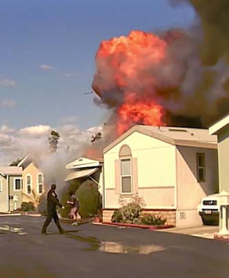 Police Rescue A Man Sleeping Inside A Burning Mobile Home Before It Explodes 🙌🙌🙌