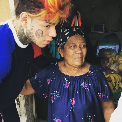 Tekashi69 Gives $100 Bills To Poor Families In Dominican Republic 🙌🔥🙌
