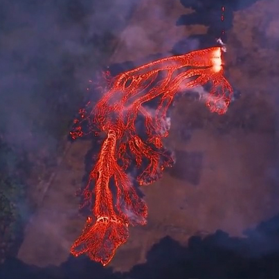 Stunning Helicopter Footage Shows Hawaii Volcano's Fast-Moving Lava Flow 😳😳😳