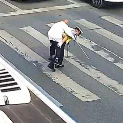 Police Officer Carries Elderly Man Across Busy Intersection In China 😭🙏❤️