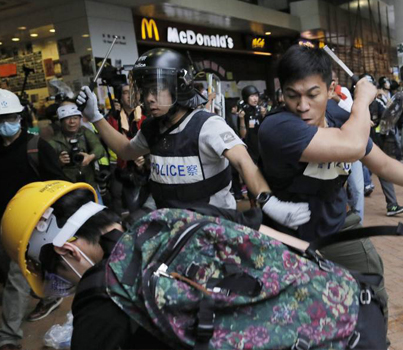 Police Clash With Pro-Democracy Protesters In Hong Kong 😢😢😢